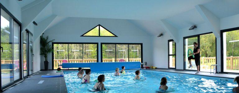 Vue intérieure du camping morbihan et sa piscine couverte et chauffée