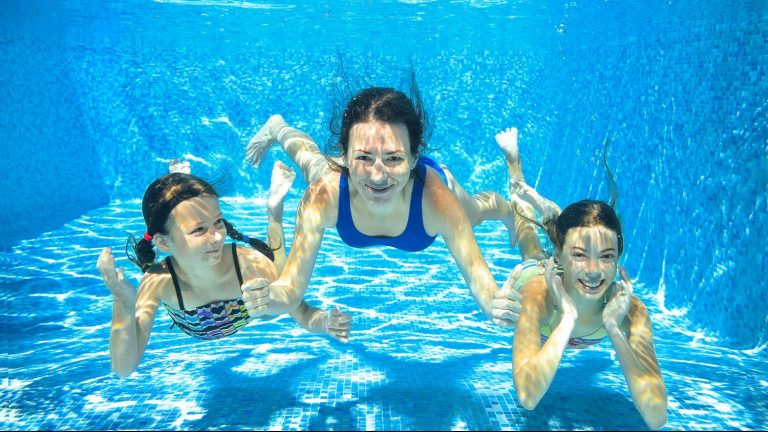 Personnes sous l'eau en camping dans le morbihan avec piscine couverte et chauffée au Ty Nenez