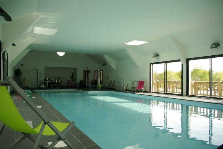 Vue de la piscine intérieure du camping Ty Nenez un camping dans le Morbihan avec piscine