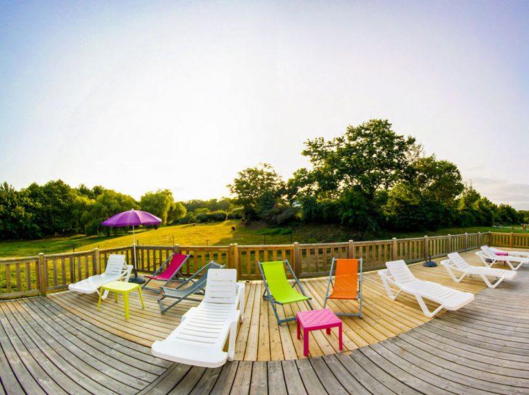 Vu du solarium extérieur avec chaises du camping à Lorient le Ty Nenez