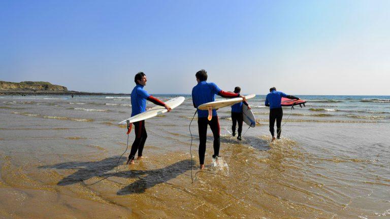 Camping Ty Nenez : personnes faisant du surf en mer