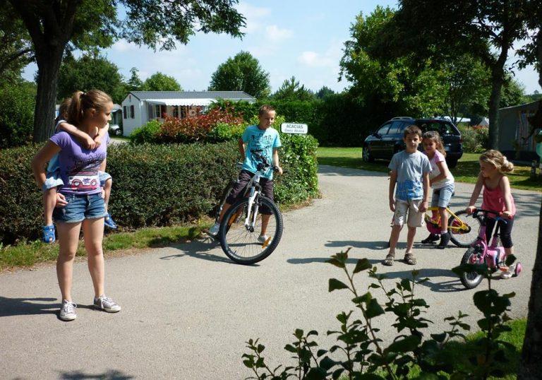 Enfants et leur vélo dans l'allée du camping à Lorient Ty Nenez