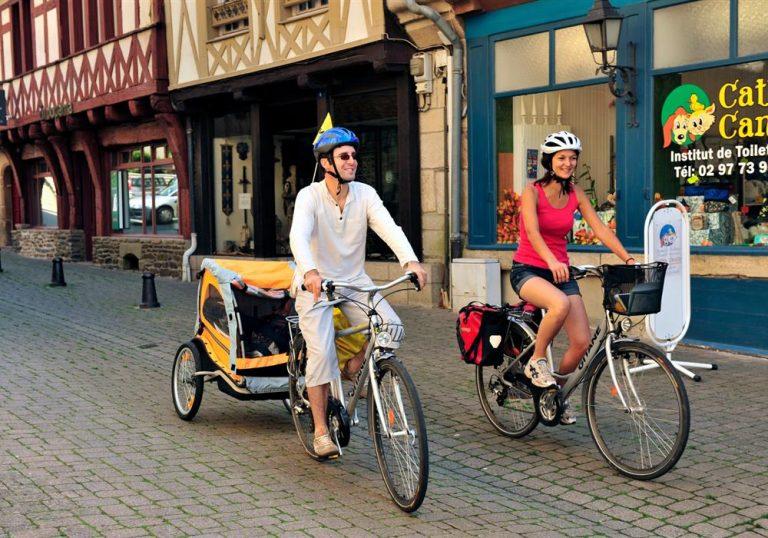 Couple à vélo dans la rue