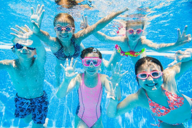 Enfants jouant sous l'eau au camping à lorient avec piscine couverte : le Ty Nenez