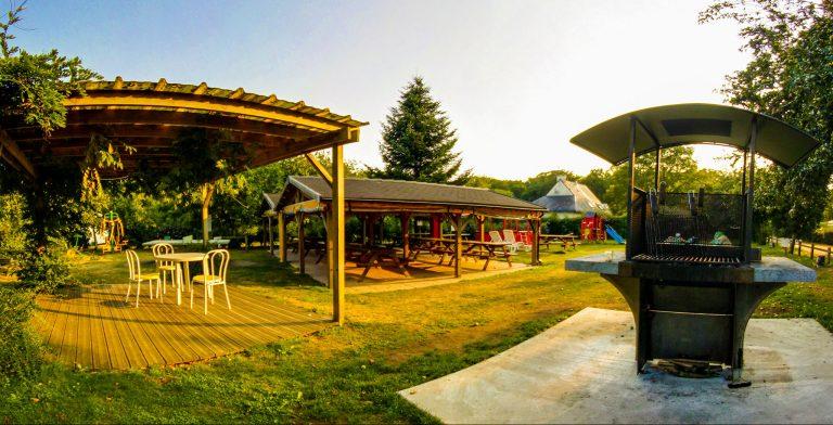 Infrastructures du camping Ty Nenez à Lorient : terrasse, barbecue et jeux pour enfants