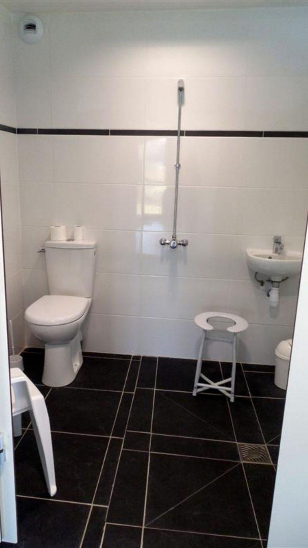 Ty Nenez : sanitaires douche et wc PMR au camping a Lorient